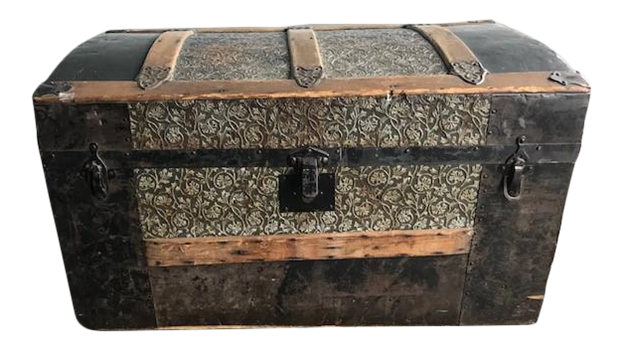 what is a steamer trunk?