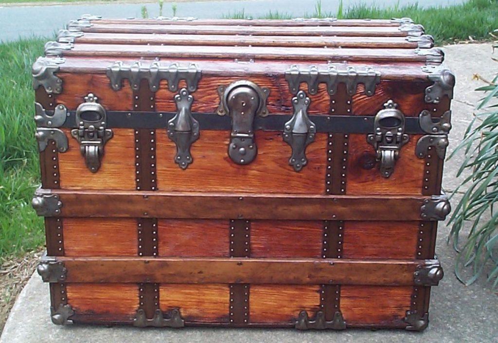 flat lid steamer trunk